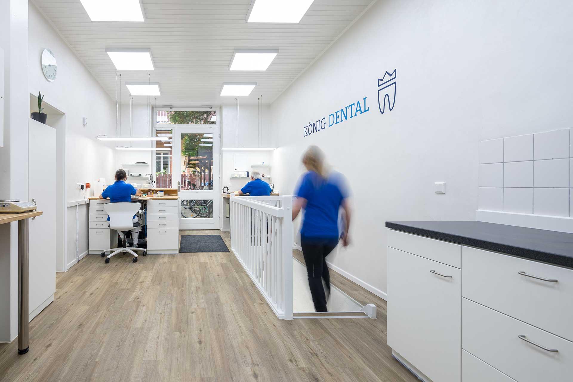 Koenig-Dental_Laborraum_Eingang_Web